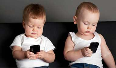 little-boy-and-girl-playing-with-mobile-phones-640